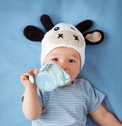 ¿Cuándo puede un niño empezar a tomar leche de vaca?