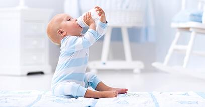 ¿Cómo debe realizarse la transición entre leche materna y leche de fórmula?